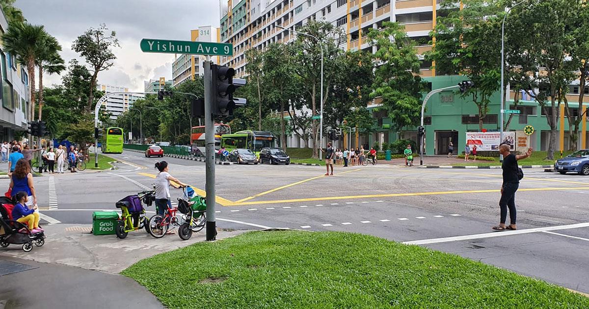 GrabFood riders direct traffic during Yishun power outage ...