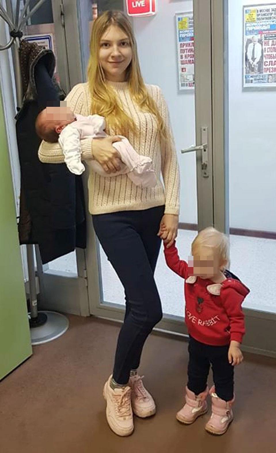 Kenapa Lada selalu membawa anaknya saat bekerja? Apa cerita hidupnya?