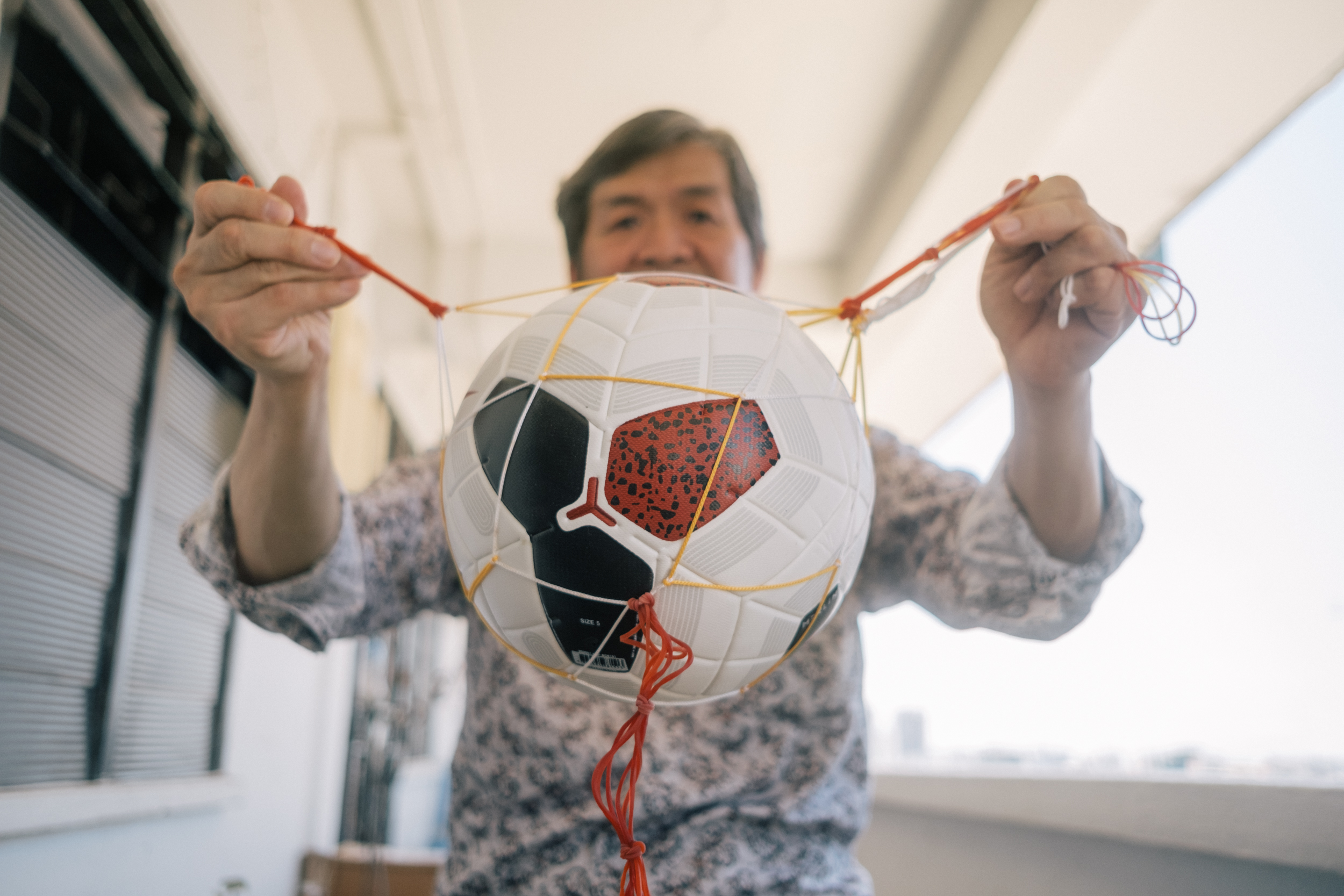 Image of the contraption Henry Leong made to practice juggling
